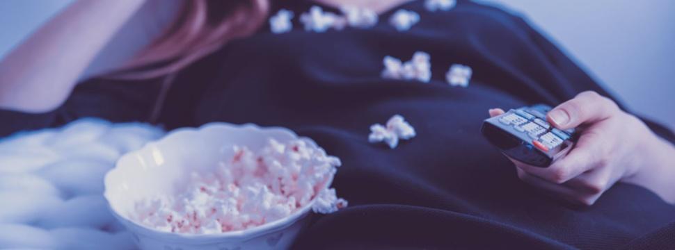 Popcorn beim Filme gucken, © unsplash/jeshoots.com