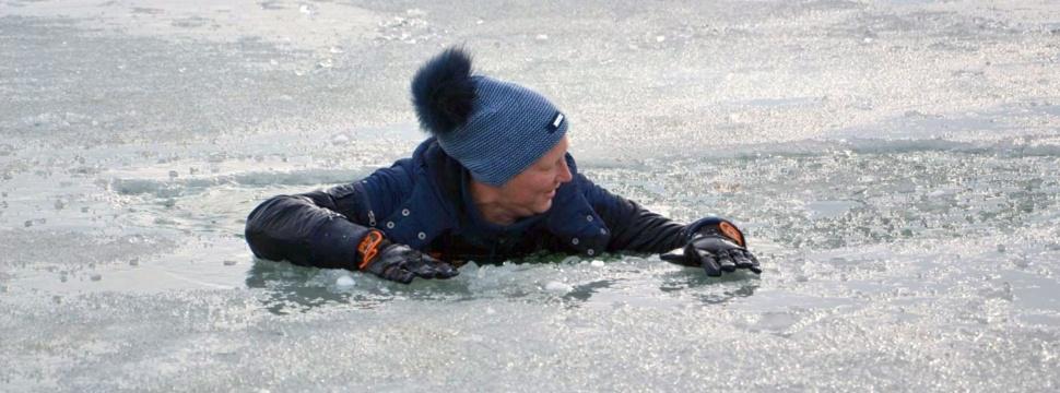 Mann ins Eis eingebrochen, © Horst Auer / DLRG