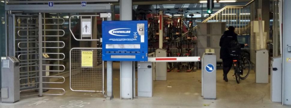 Schlauchomat im Eingangsbereich der Radstation im Umsteiger © LH Kiel / Uwe Redecker